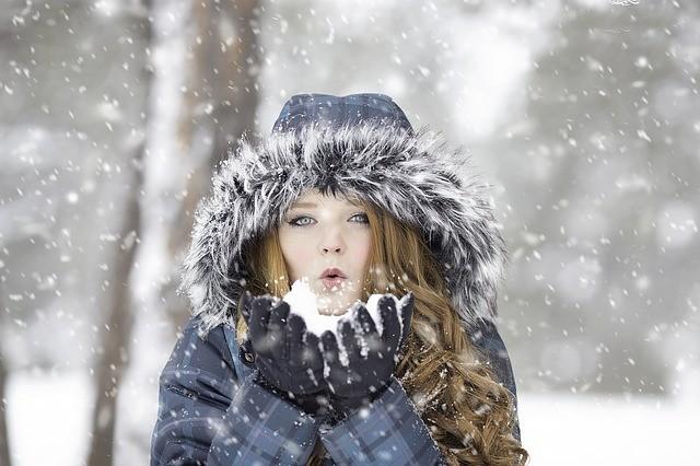 mujer con niev precauciones ante la ola de frío