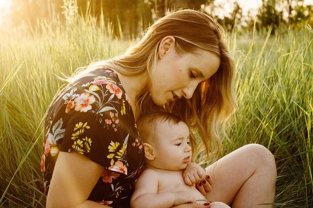 madre con su bebé para hablar de ¿Cuánto tarda el cuerpo en recuperarse después de un embarazo? posparto