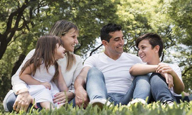 familia con niños madre padre