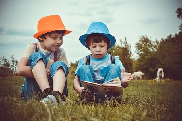 niños leyendo libros cuentos
