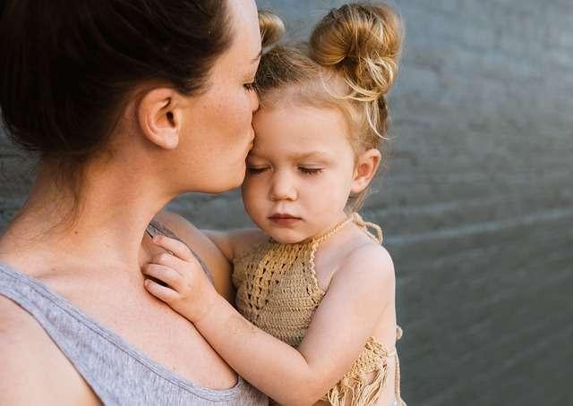 madre con niña cariño abraza amor apego