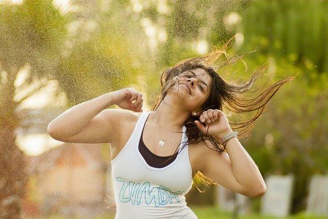 mujer feliz bailar cantar deporte