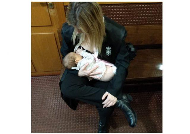 abogada amamanta bebe en juzgado