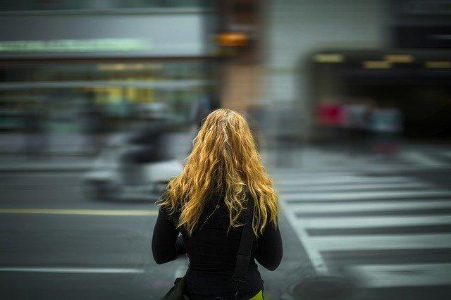 mujer sola en una calle ciudad paso de cebra
