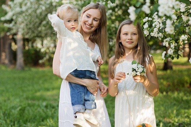 madre con dos niños familia monoparental con dos hijos